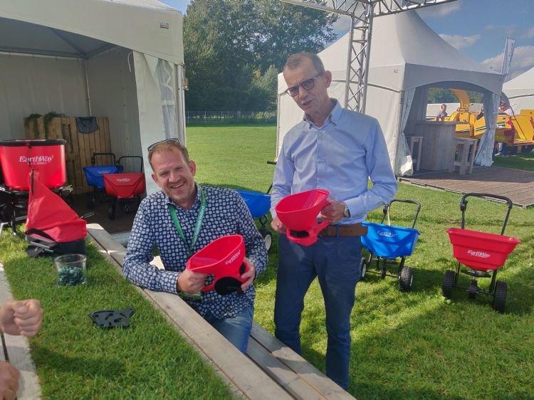 Earthway strooiers terug van weggeweest in Nederland